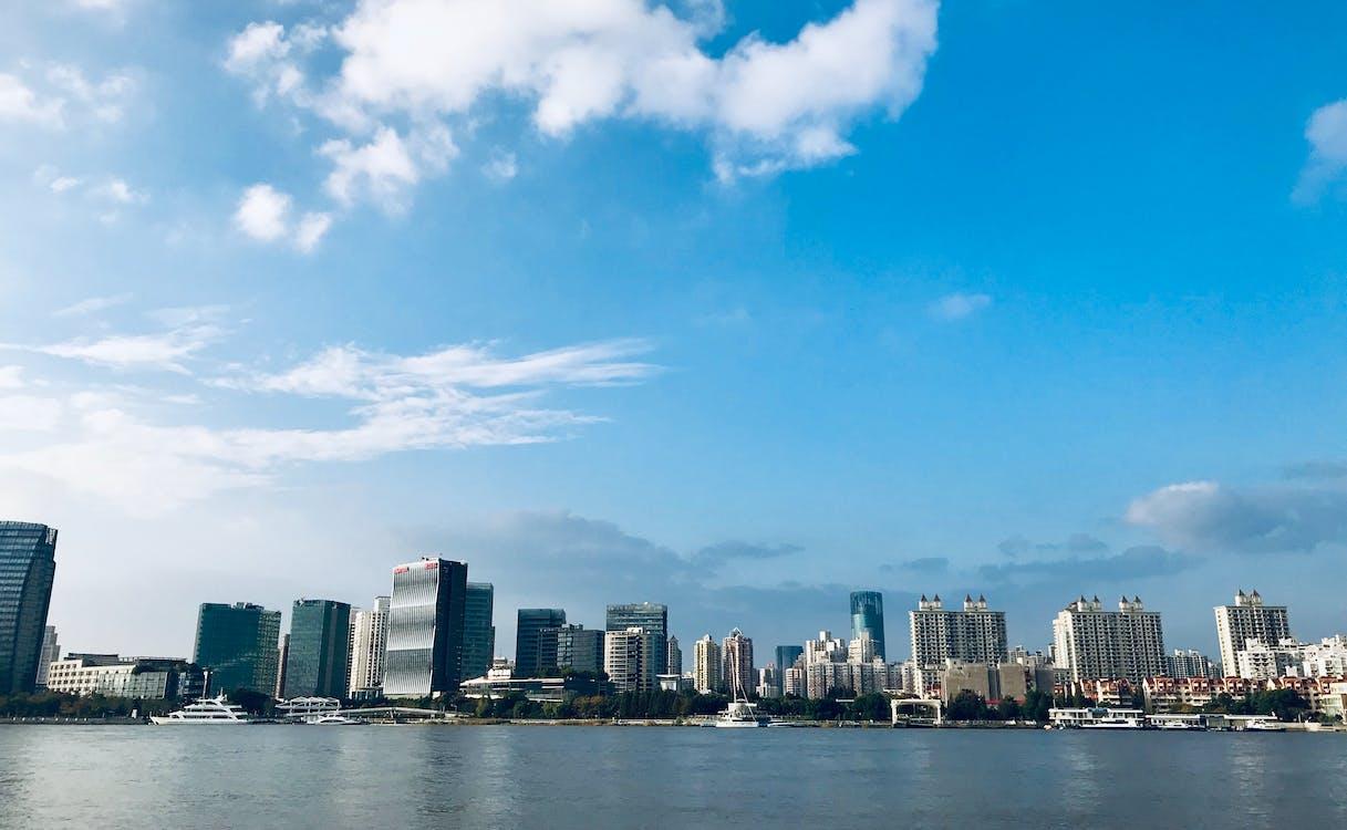 ciel bleu, côté rivière, rivière huangpu