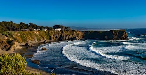 Foto profissional grátis de abismo, água, árvores, beira-mar