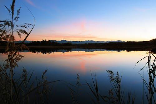 akşam karanlığı, durgun, göl, gün batımı içeren Ücretsiz stok fotoğraf
