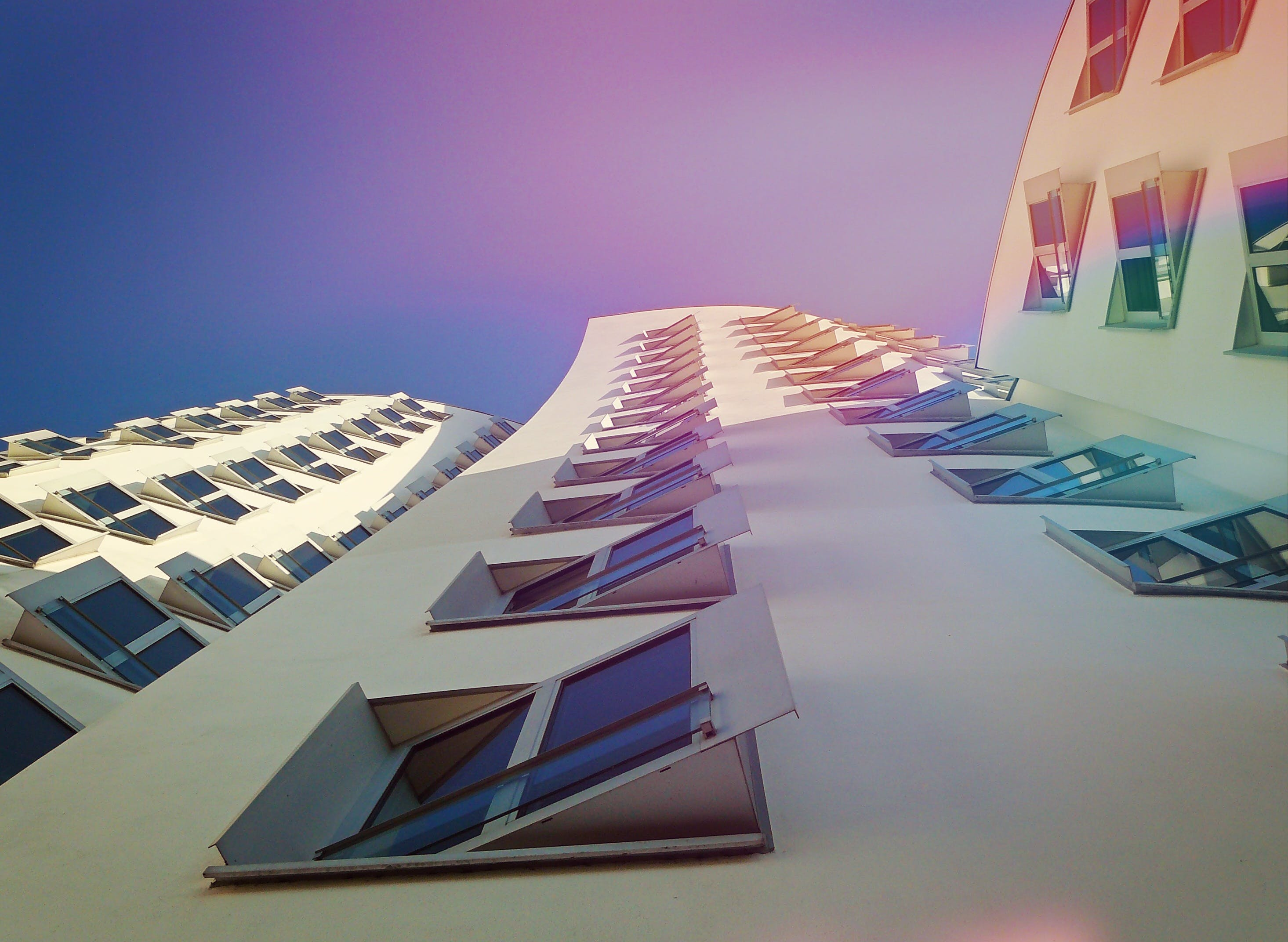Kostenloses Stock Foto zu architektur, aufnahme von unten, fenster, hochhaus