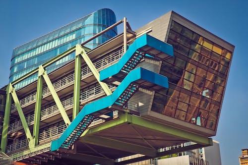 Fotobanka sbezplatnými fotkami na tému architektúra, budova, pohár, schody