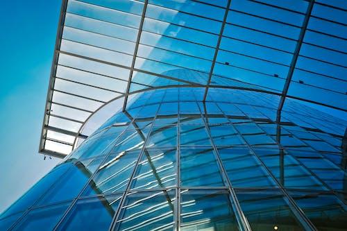 Gratis lagerfoto af arkitektur, bygning, glas, lavvinkelskud