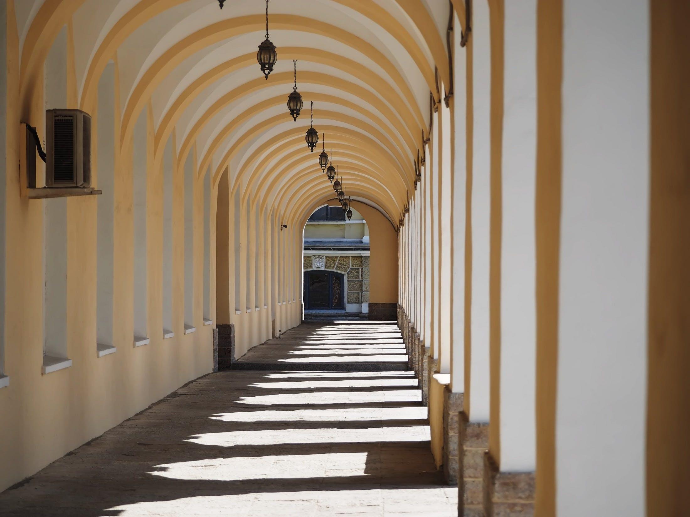 bina, gölge, gün ışığı, kemerler içeren Ücretsiz stok fotoğraf