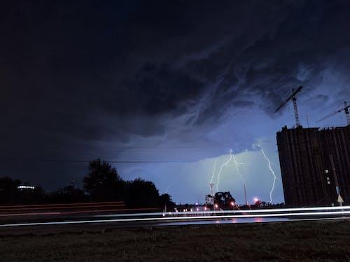 Безкоштовне стокове фото на тему «Блискавка, будівлі, Буря, вечір»
