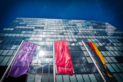 Fotos de stock gratuitas de arquitectura, banderas, cristal, edificio