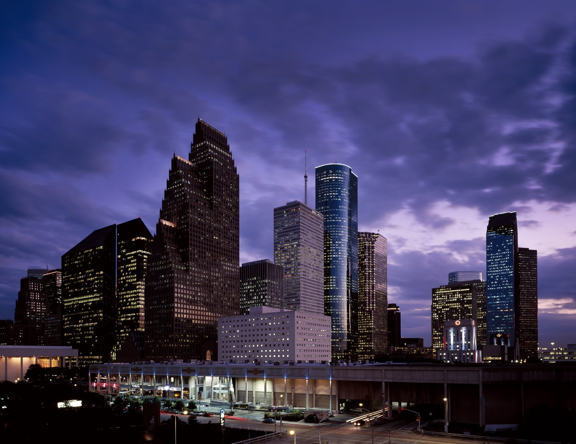 binalar, bulutlar, gece, gökdelen içeren Ücretsiz stok fotoğraf