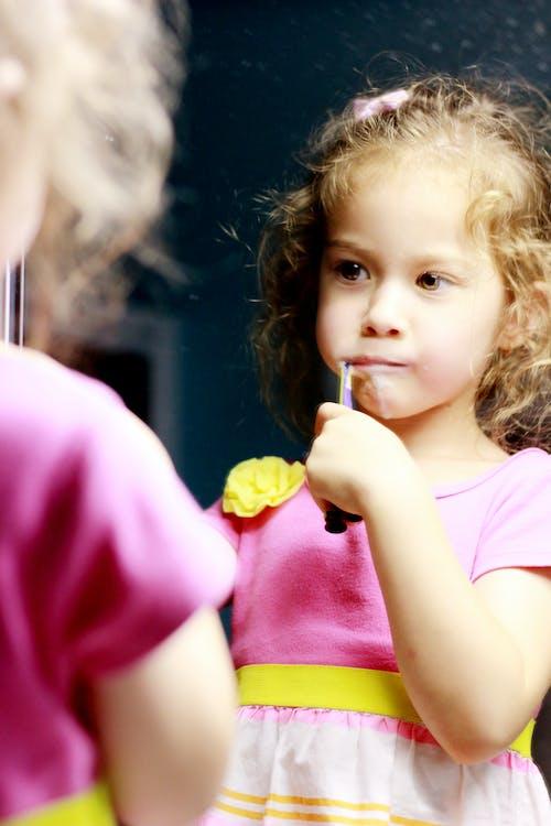 Gratis lagerfoto af børste tænder, Pige