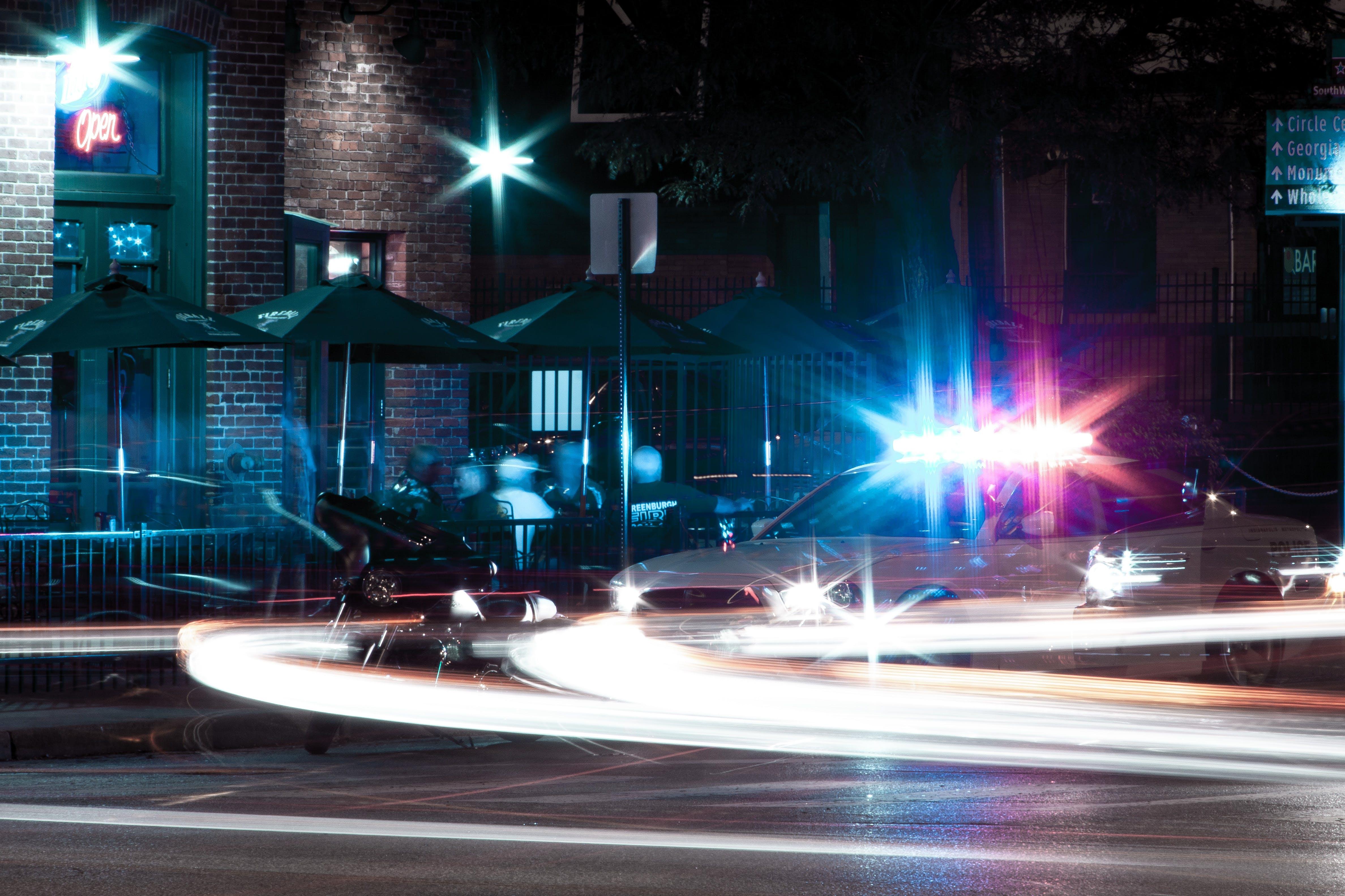 Kostenloses Stock Foto zu übergezogen, langzeitbelichtung, nachtzeit, polizei