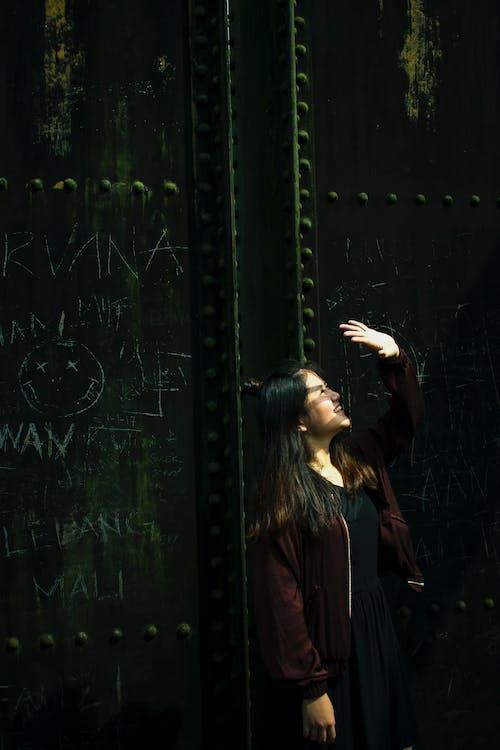 Základová fotografie zdarma na téma dlouhé vlasy, sluneční světlo, zeď