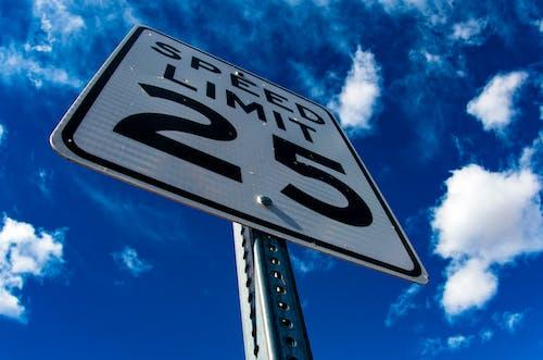 Foto profissional grátis de alerta, céu, limite de velocidade, nuvens