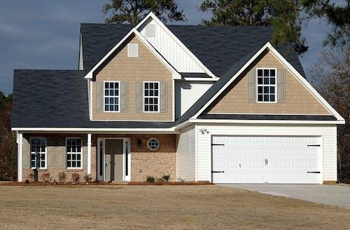 茶色と白の木造住宅