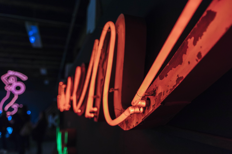 Kostenloses Stock Foto zu beleuchtung, dunkel, lila, museum