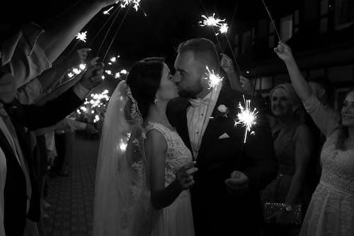 Ilmainen kuvapankkikuva tunnisteilla aviomies, häät, ihmiset, ihmiset suudella