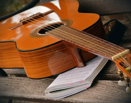 Základová fotografie zdarma na téma hudební nástroj, kniha písní, kytara, lavička