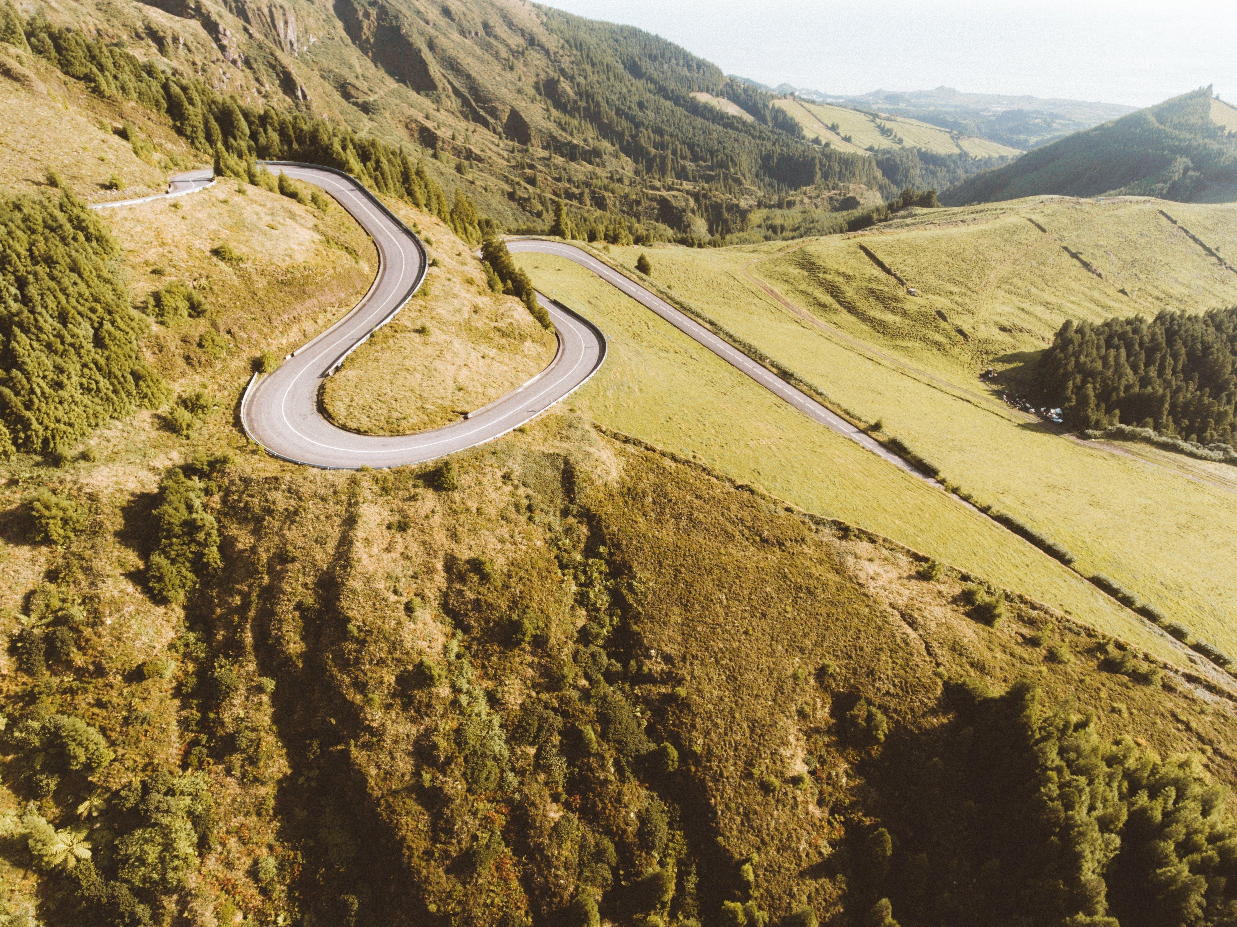Δωρεάν στοκ φωτογραφιών με 4k ταπετσαρία, αυτοκινητόδρομος, βουνό, γρασίδι