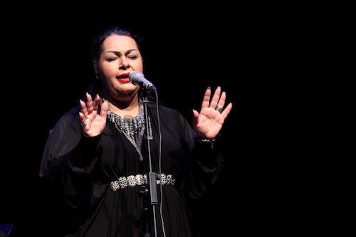 Foto d'estoc gratuïta de cantant, cantants, dona, escena