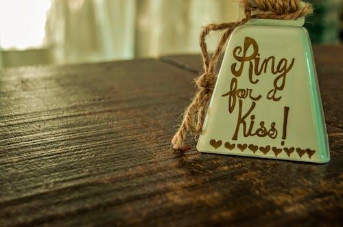 Foto profissional grátis de close, madeira de celeiro, retrô, sinos de casamento