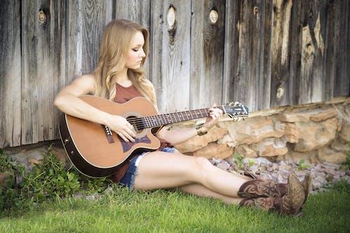 Бесплатное стоковое фото с брюнетка, гитара, гитарист, девочка