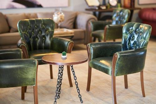 Photos gratuites de à l'intérieur, bois, canapé, chaises