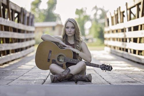 Ảnh lưu trữ miễn phí về cầu, con gái, nghệ sĩ guitar, nhạc cụ