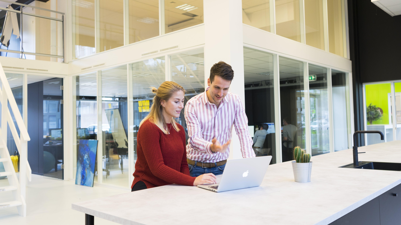 Kostenloses Stock Foto zu apple-gerät, arbeit, arbeiten, büro