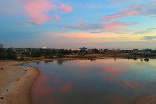Foto d'estoc gratuïta de alba, arbres, cel, cos d'aigua