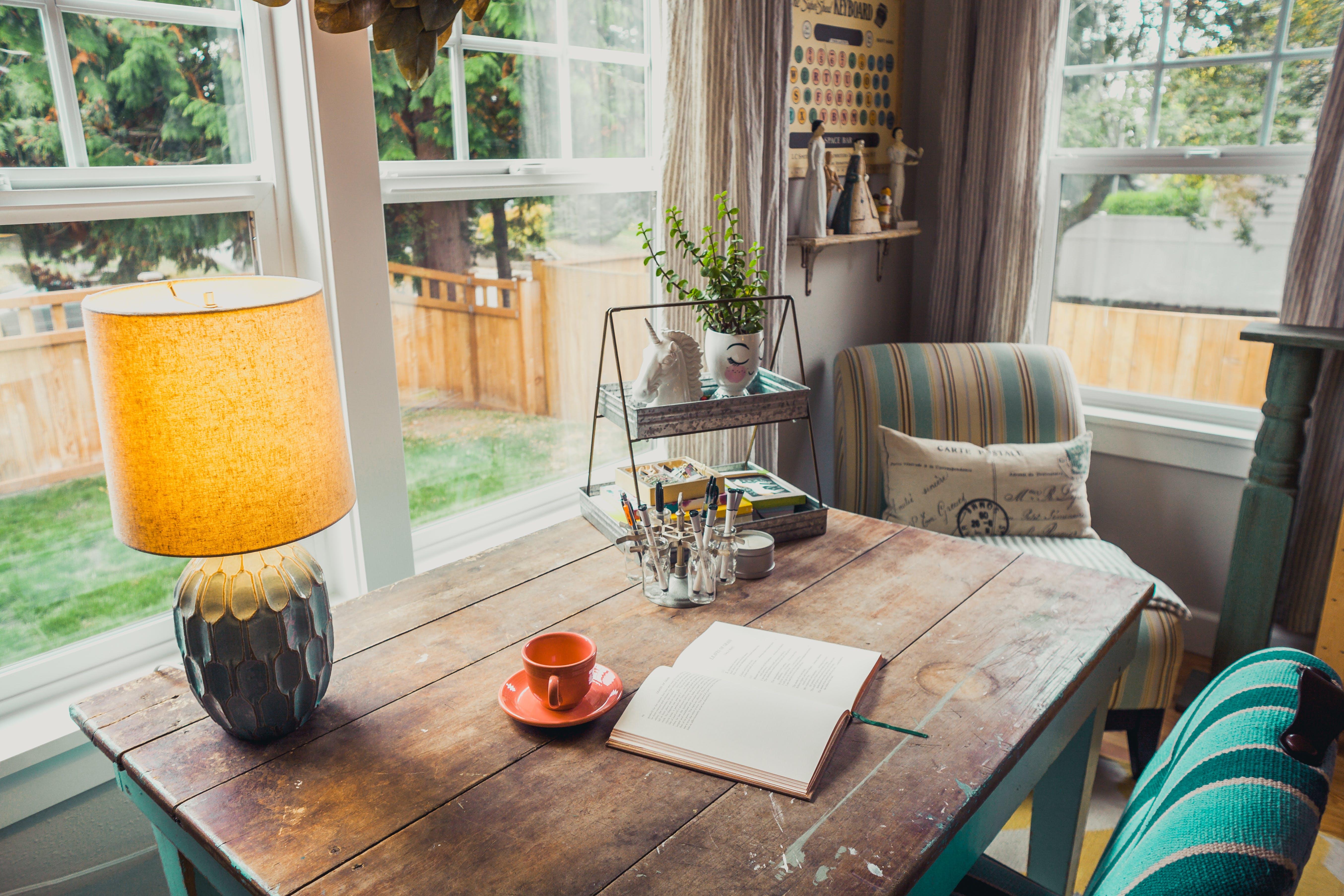 biurko, biuro domowe, ciepłe światło