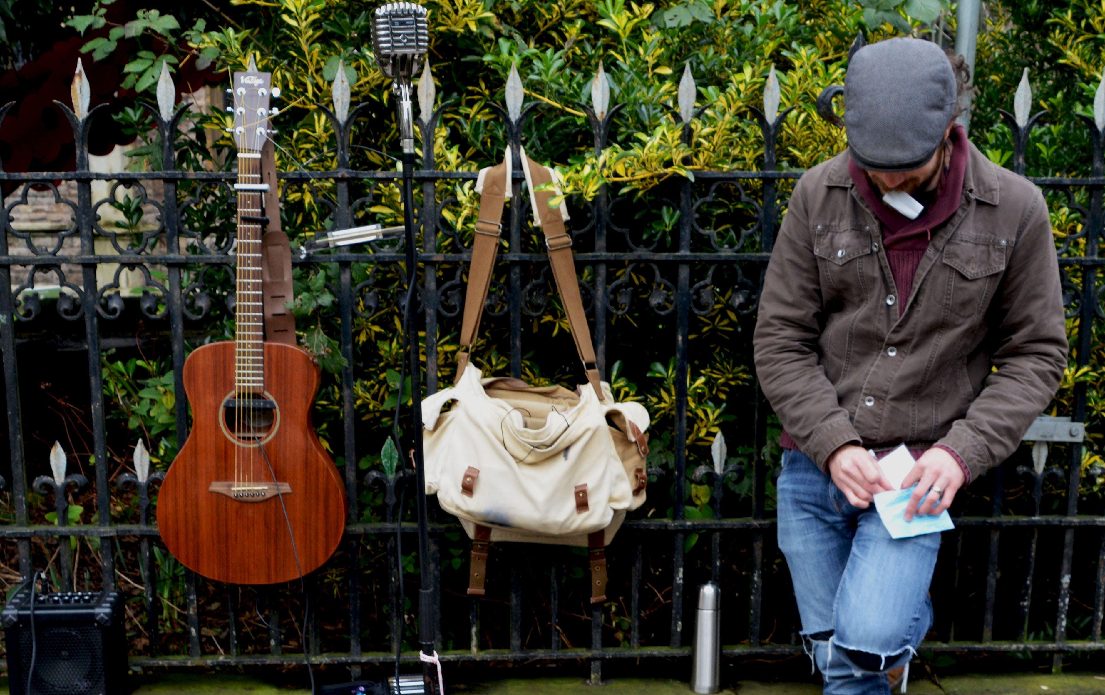 Kostenloses Stock Foto zu draußen, entertainment, gitarre, gitarrist