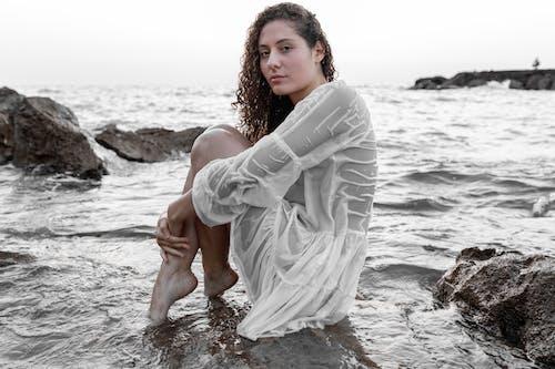 Immagine gratuita di a piedi nudi, acqua, alla ricerca, attraente