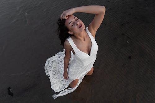 Darmowe zdjęcie z galerii z atrakcyjny, beztroski, biała sukienka, brunetka