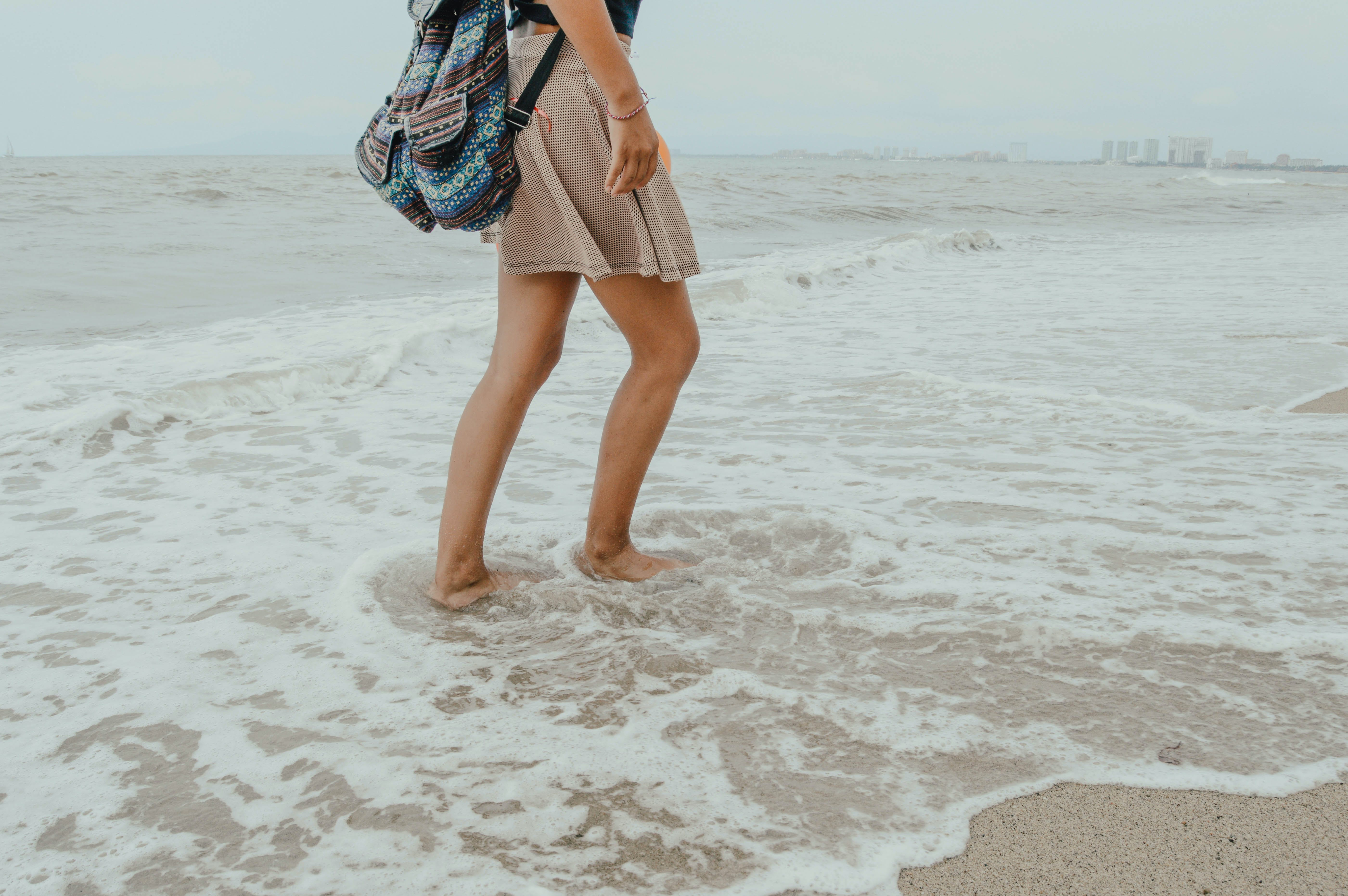 Gratis stockfoto met backpack, bij de oceaan, eigen tijd, golven