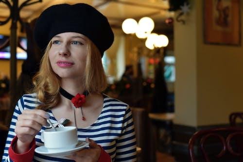 Základová fotografie zdarma na téma blond vlasy, čajová lžička, holka, káva