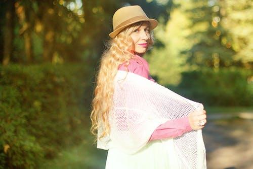 Základová fotografie zdarma na téma cardigan, denní světlo, hezký, klobouk