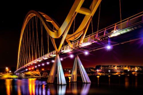 Fotobanka sbezplatnými fotkami na tému architektúra, mesto, most, noc