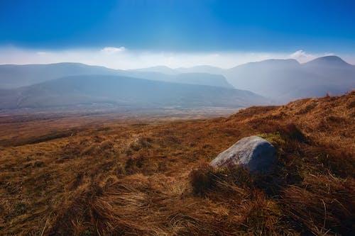 Gratis lagerfoto af bakke, bjerge, blå himmel, dagslys