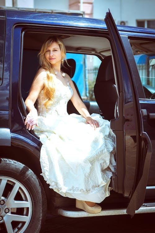 Immagine gratuita di auto, donna, indossare, sistema di trasporto