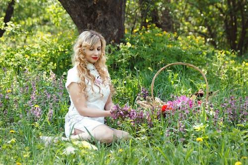 Безкоштовне стокове фото на тему «біла сукня, блондинка, вродлива, дама»