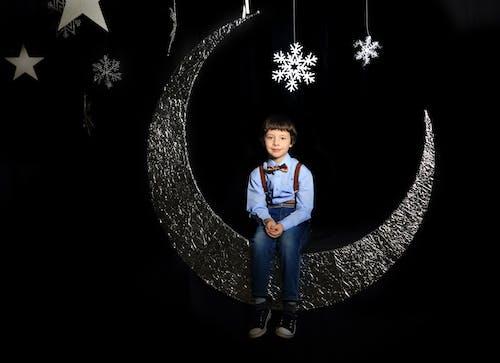 Základová fotografie zdarma na téma černé pozadí, chlapec, dítě, focení
