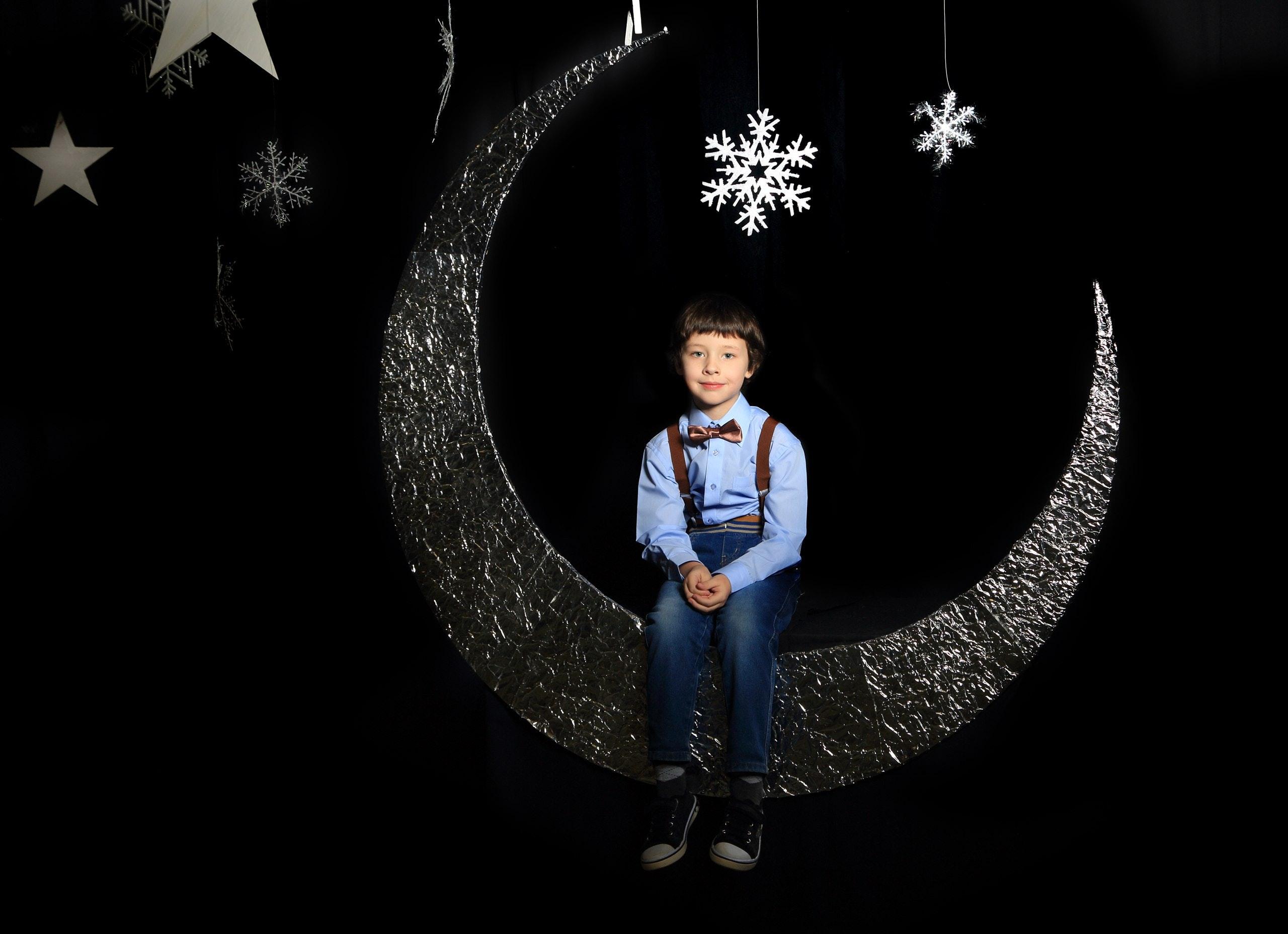 Anak Laki Laki Duduk Di Dekorasi Bulan · Foto Stok Gratis