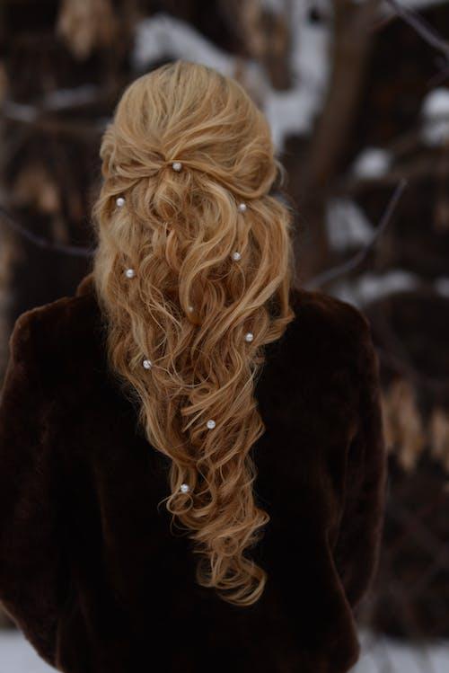 Základová fotografie zdarma na téma blond, směrem ven, stojící, účes