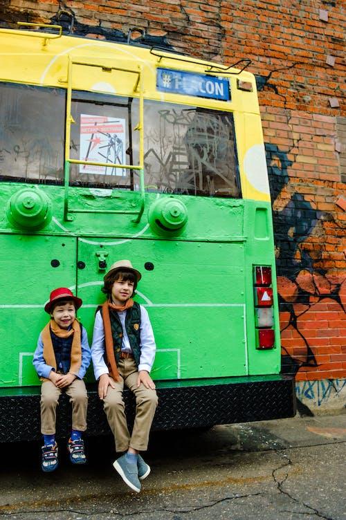 Kostenloses Stock Foto zu backsteinmauer, bus, draußen, fahrzeug