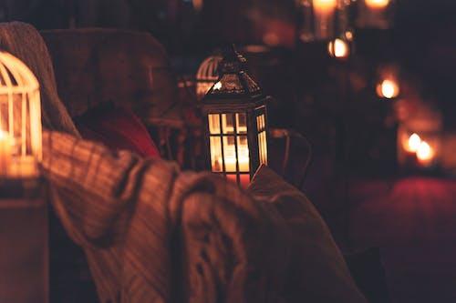 Бесплатное стоковое фото с атмосфера, в помещении, восковая свеча, горящая свеча