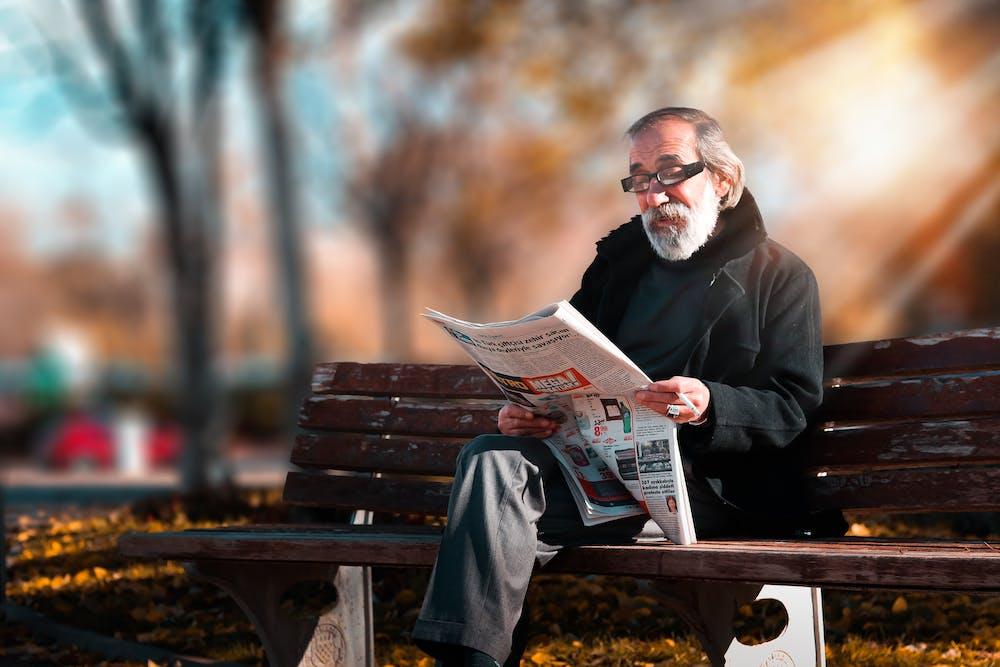 Ein alter Mann sitzt im Park.   Quelle: Pexels