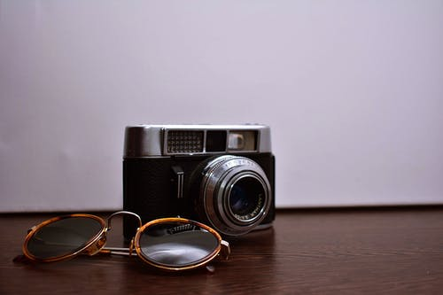 Ilmainen kuvapankkikuva tunnisteilla analoginen kamera, aurinkolasit, kamera, kameran linssi