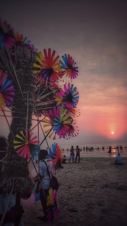 Základová fotografie zdarma na téma #windmills #paperwindmill #beach #crowd #mumbai
