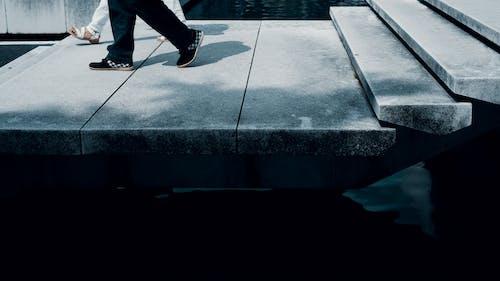 Foto profissional grátis de andando, ao ar livre, calçados, caminhando