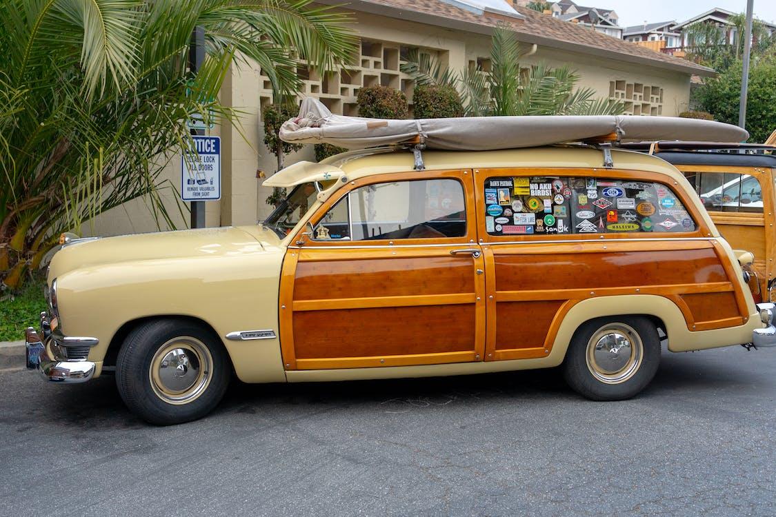 Geparkter Kombi In Braun Und Beige Mit Surfbrett Auf Dem Dach