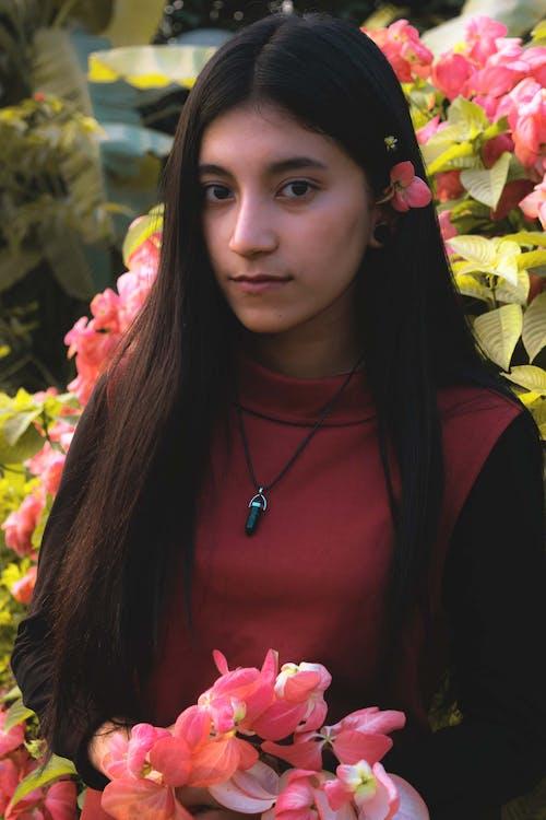 Darmowe zdjęcie z galerii z dziewczyna, kobieta, krajobraz, kwiaty