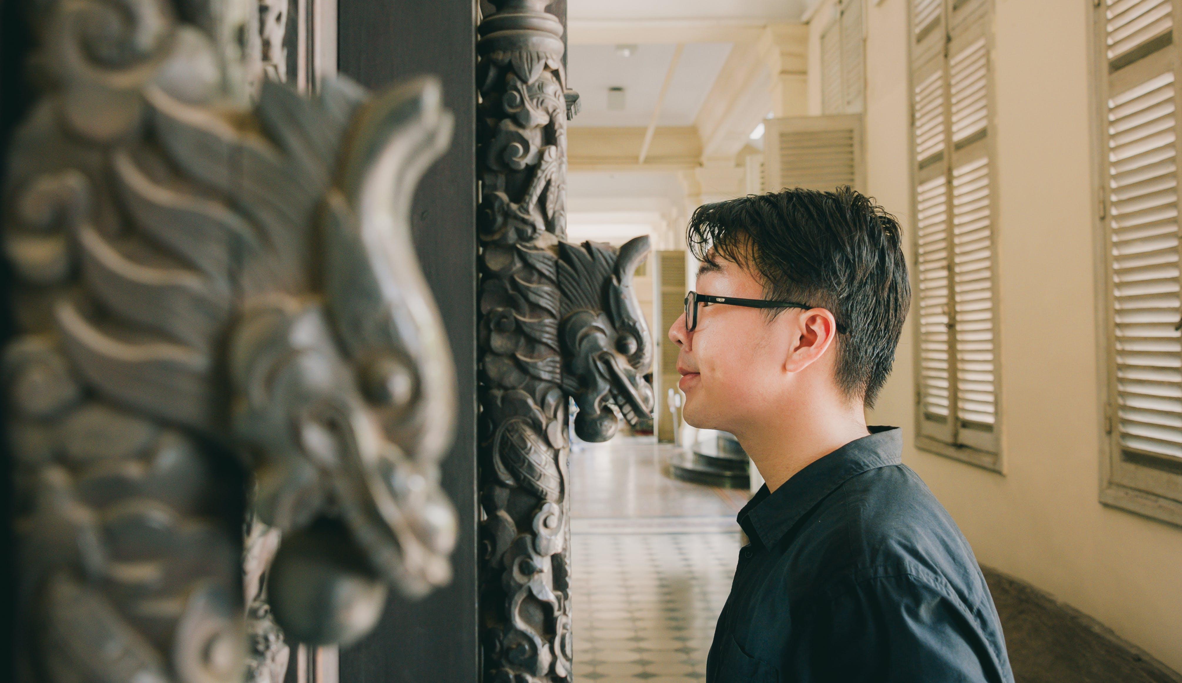 Gratis stockfoto met aziatische kerel, beeld, beurs, binnenshuis