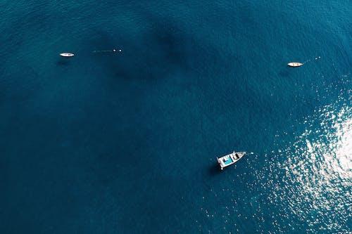 Foto d'estoc gratuïta de aigua, barques, embarcacions d'aigua, foto des d'un dron